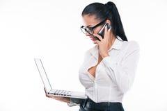 Ung affärskvinna med bärbara datorn och mobilen Royaltyfria Bilder