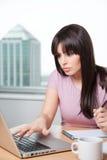 Ung affärskvinna med datoren royaltyfri bild