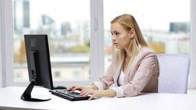 Ung affärskvinna med datormaskinskrivning på kontoret lager videofilmer