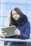 Ung affärskvinna med en minnestavla Arkivbilder