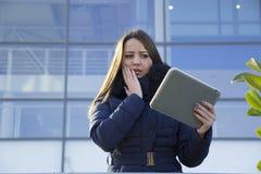 Ung affärskvinna med en minnestavla Arkivfoton