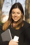 Ung affärskvinna med en minnestavla Arkivfoto
