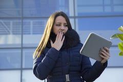 Ung affärskvinna med en minnestavla Fotografering för Bildbyråer