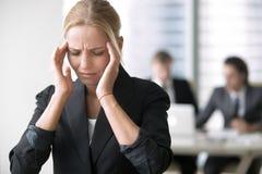 Ung affärskvinna med huvudvärk royaltyfri bild