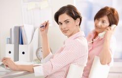 Ung affärskvinna med kollegan arkivbild