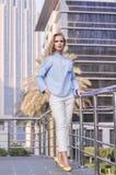 Ung affärskvinna med långt blont hår och moderiktigt smink Royaltyfria Bilder