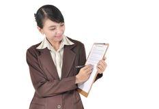 Ung affärskvinna med pennan och mappen Arkivbild