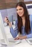Ung affärskvinna på arbete med kaffe fotografering för bildbyråer