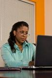 Ung affärskvinna på bärbara datorn royaltyfri fotografi