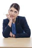 Ung affärskvinna på bordlägga Royaltyfri Foto
