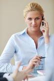 Ung affärskvinna på möte Royaltyfria Bilder