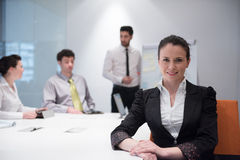 Ung affärskvinna på möte genom att använda bärbar datordatoren Royaltyfria Bilder