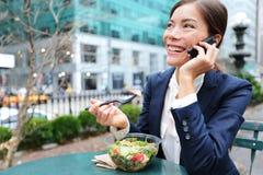 Ung affärskvinna på smartphonen i lunchavbrott Arkivbilder