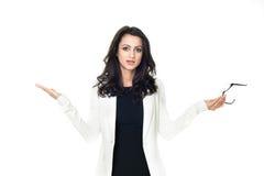 Ung affärskvinna på vit bakgrund arkivbild