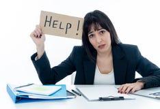 Ung affärskvinna som är stressad och som är desperat med bärbara datorn Frustrera och stressig arbetsmiljö royaltyfri bild