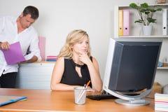 ung affärskvinna som använder datorbärbara datorn och gör någon skrivbordsarbete, medan arbeta med lagaffärsmannen i bakgrund fotografering för bildbyråer