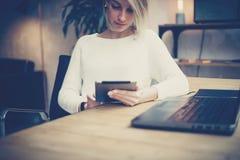 Ung affärskvinna som använder den digitala minnestavlan på den moderna arbetsplatsen Begrepp av coworking folkarbete med mobila e Royaltyfri Bild