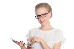 Ung affärskvinna som använder en minnestavlaPC Royaltyfri Fotografi