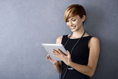 Ung affärskvinna som använder minnestavlan Fotografering för Bildbyråer