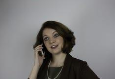 Ung affärskvinna som använder mobiltelefonen Fotografering för Bildbyråer