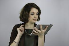 Ung affärskvinna som arbetar på minnestavlan Arkivfoto