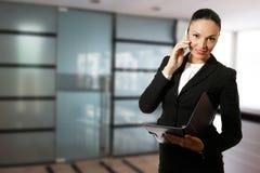 Ung affärskvinna som framme arbetar av kontoret Arkivfoto