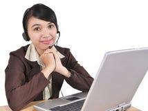 Ung affärskvinna som fungerar med bärbar dator Royaltyfri Bild