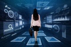 Ung affärskvinna som går inom binär kod arkivfoto
