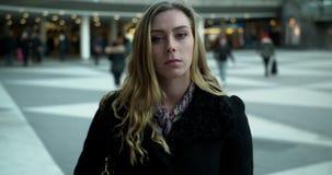 Ung affärskvinna som går på Sergels torg i Stockholm lager videofilmer