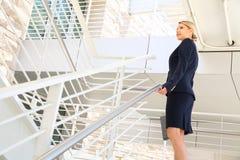 Ung affärskvinna som går på trappa Royaltyfri Bild