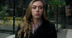 Ung affärskvinna som går utanför en galleria i centrala Stockholm lager videofilmer