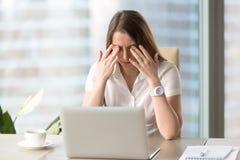 Ung affärskvinna som gör övningar för att avlösa trött av datoren arkivbild