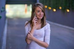 Ung affärskvinna som gör en påringning på hennes smarta telefon Arkivfoto