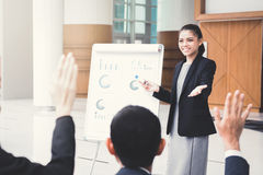 Ung affärskvinna som gör en presentation Arkivbild