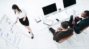 Ung affärskvinna som gör en presentation till hans affärslag royaltyfria bilder