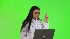 Ung affärskvinna som har en idé, medan arbeta på en dator arkivfilmer