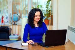 Ung affärskvinna som i regeringsställning koncentreras på arbete Royaltyfri Bild