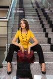 Ung affärskvinna som i regeringsställning sitter inre arkivbild