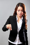 Ung affärskvinna som klämmer ett faktiskt objekt Royaltyfria Bilder