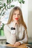 Ung affärskvinna som kontrollerar tiden på hennes klocka Royaltyfri Bild