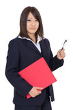 Ung affärskvinna som rymmer en mapp Royaltyfri Foto