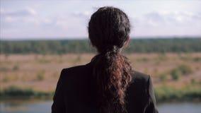 Ung affärskvinna som ser himlen på solnedgången, lyckad flicka som tänker om liv i naturen, tycka om lager videofilmer
