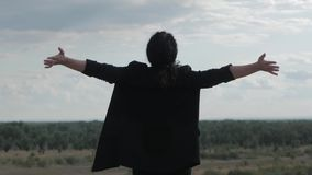 Ung affärskvinna som ser himlen på solnedgången, lyckad flicka som tänker om liv i naturen, tycka om arkivfilmer