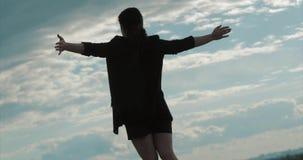 Ung affärskvinna som ser himlen på solnedgången, lyckad flicka som tänker om liv i naturen, tycka om stock video