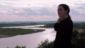 Ung affärskvinna som ser sikten från berget på solnedgången, lyckad flicka som tänker om liv i natur stock video