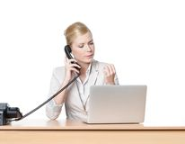 Ung affärskvinna som sitter med telefonen Arkivbilder