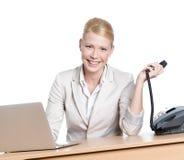 Ung affärskvinna som sitter på en tabell med telefonen Royaltyfri Fotografi