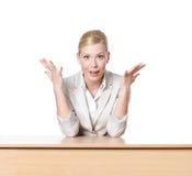 Ung affärskvinna som sitter på ett kontorsskrivbord Royaltyfri Bild