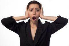 Ung affärskvinna som täcker henne öron öppnad mun royaltyfri foto