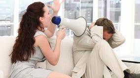 Ung affärskvinna som talar till och med en megafon arkivfilmer